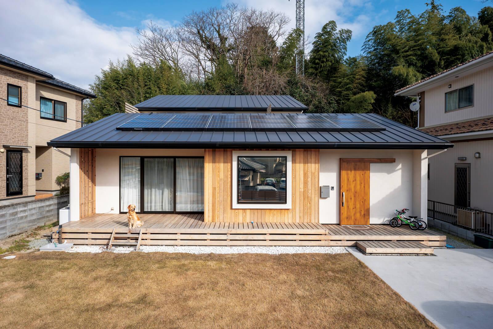 最初は平屋を希望したというHさん。設計の工夫で平屋のように見える2階建てに。屋根には太陽光発電パネルを搭載した。Hさんの長年の夢だった大型犬との暮らしも実現。広いウッドデッキは愛犬サクラちゃんの遊び場用に設けた