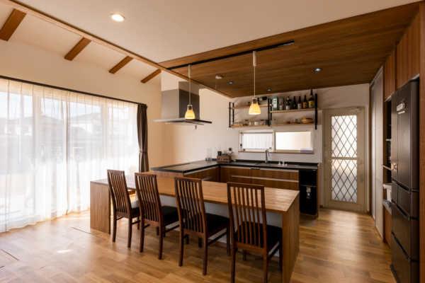 コの字型キッチンに家族が自然に集まる無垢材が生きる家