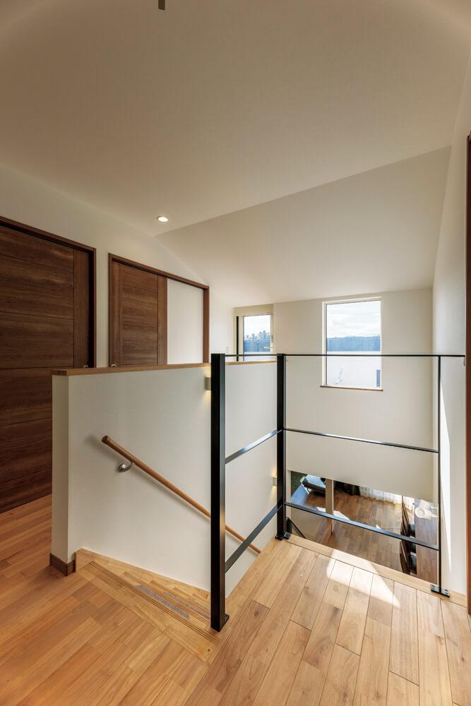 陽当たりの良い2階ホールは洗濯物を干すスペース。階段も一つひとつ手づくり