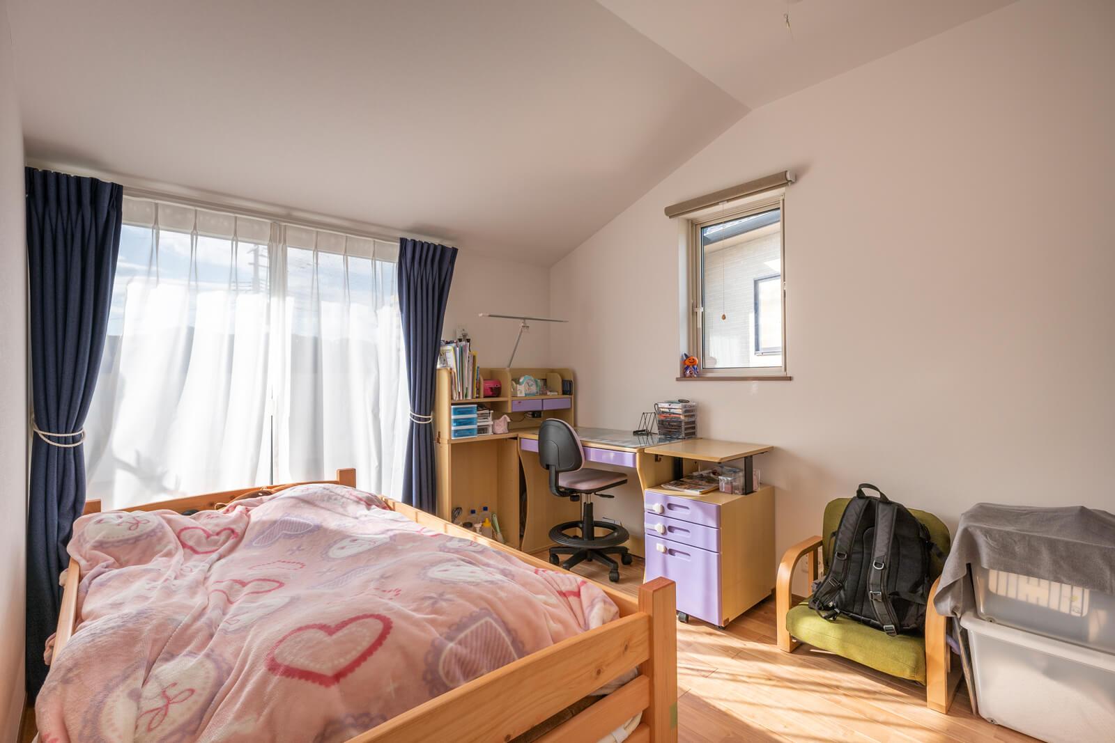 勾配天井の伸びやかさと変化が楽しめる2階の子ども部屋。女の子の部屋らしい柔らかいカラーでコーディネート