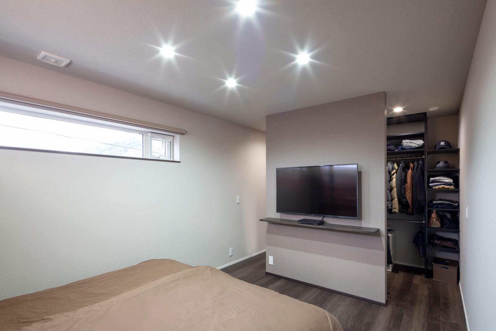 落ち着き感あふれる主寝室。壁の奥には大容量のウォークインクローゼットが備わる