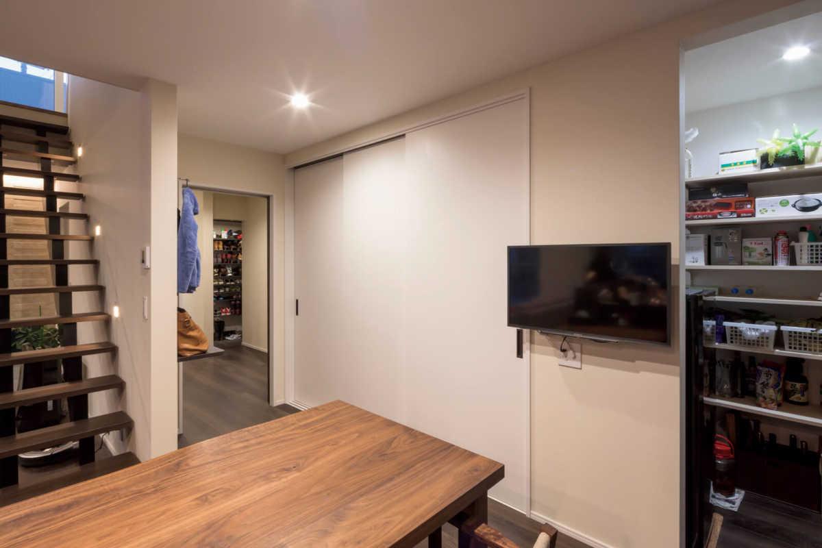ダイニングには壁一面に扉付きの収納をレイアウト。とにかく収納の豊富さが印象的だ