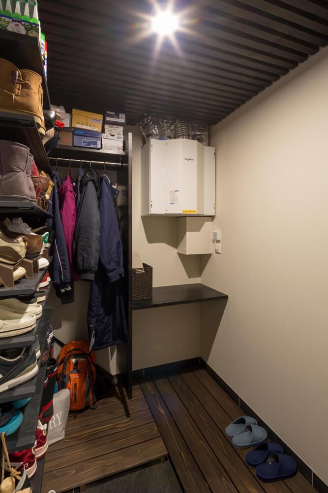 シューズクロークに設けられた熱交換器。天井裏にはエアコンが設置され、その1台のみで全館冷暖房を賄っている