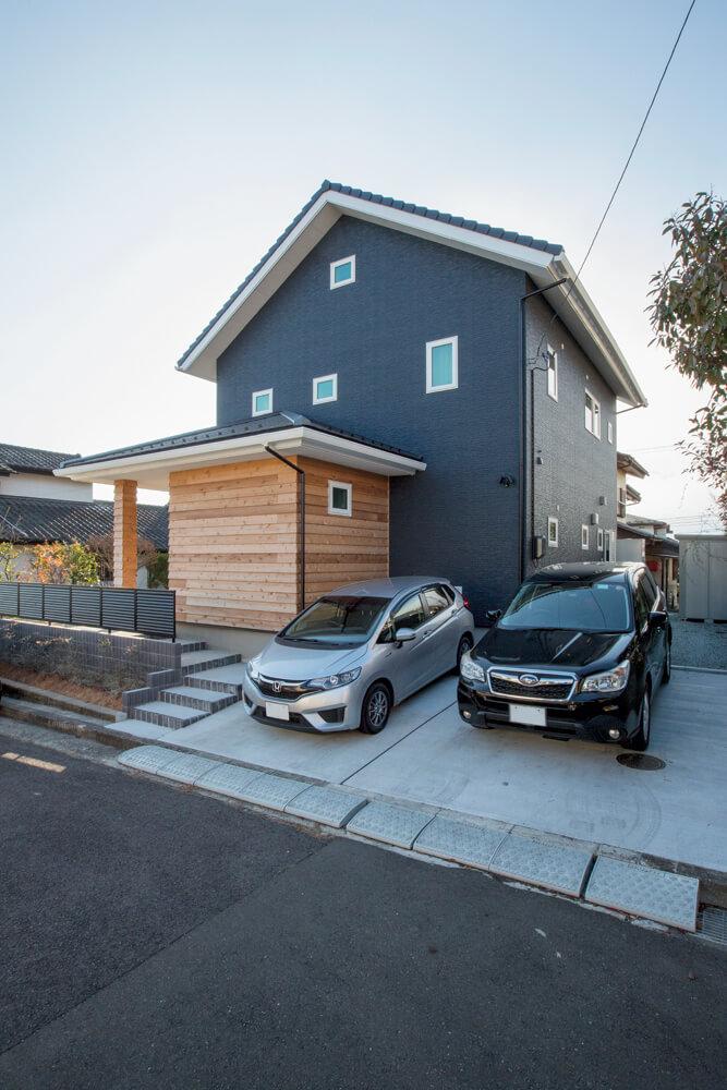 緩やかな丘陵地に広がる住宅街に建つSさん宅。道路側は開口部を最小限にしてプライバシーを確保している