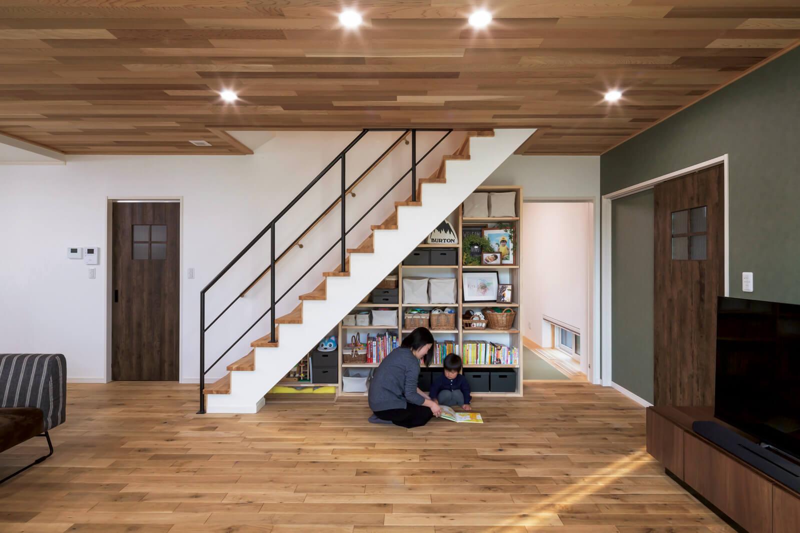 奥さんの希望で階段下に大容量のオープン収納を造作。棚の高さが調節でき、おもちゃや絵本もすっきり収納できる