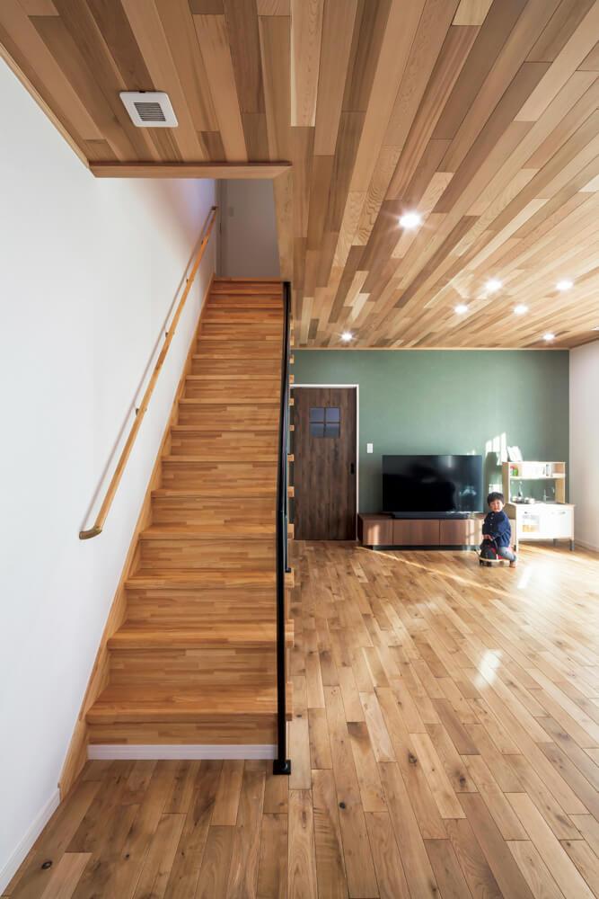 国産ナラの無垢フローリンクグと、レッドシダー羽目板張りの天井による木のぬくもりかが家族を包み込む。経年による風合いの変化も楽しみだ