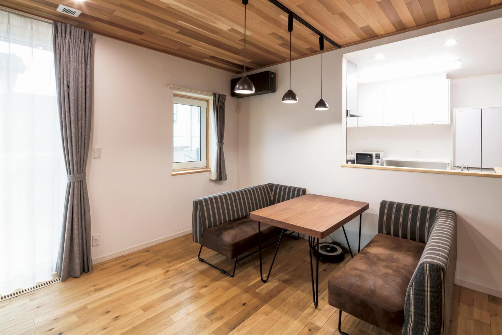 くつろぐためのソファと、食事のためのダイニング機能を併せ持つソファダイニングを置くことで、広々とした空間使いを実践