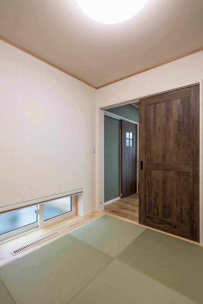 リビングの隣に配した和室。浴室・トイレ側にも扉を設けているので、リビングを通らずに直接トイレや浴室に出入りできる