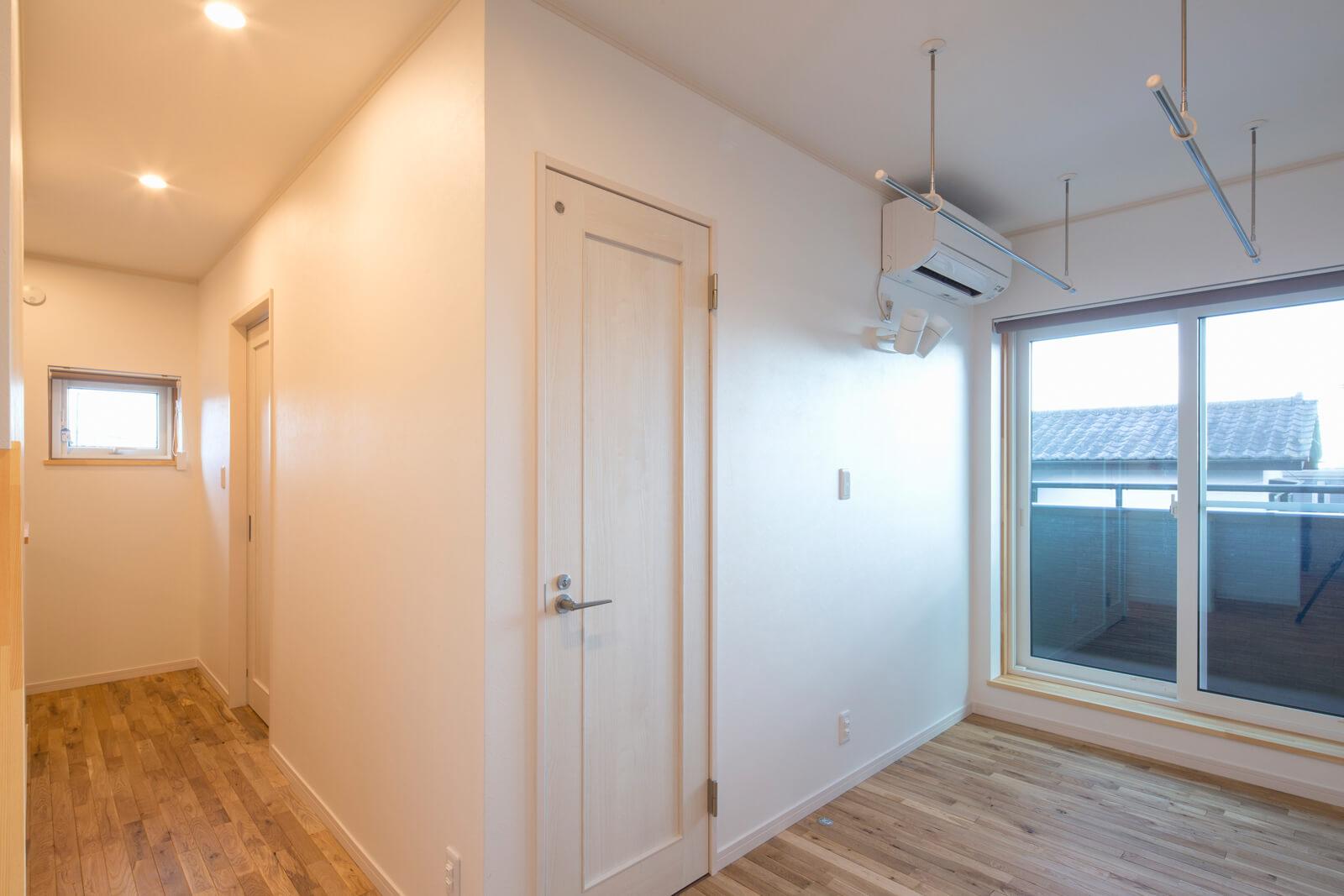 南面の掃き出し窓からたっぷりの光が射し込む2階ホールに物干しスペースを設けた