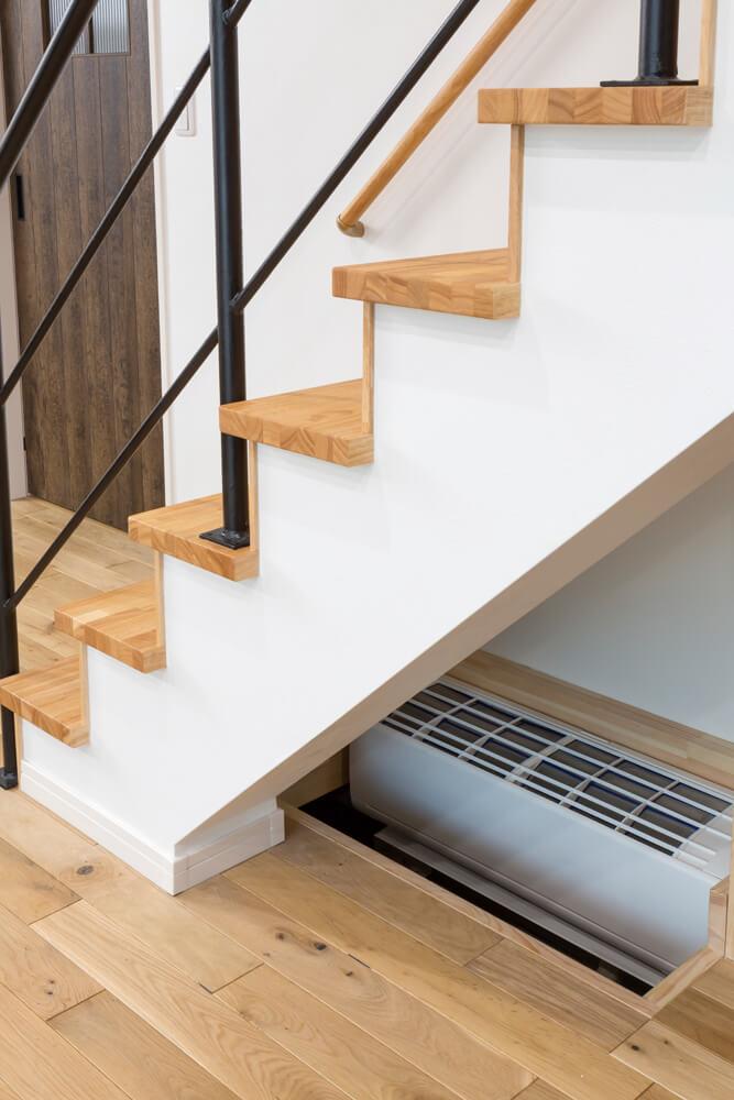 床下に設置したエアコン1台が家全体をムラなく暖める。風が直接体に当たらず、ほこりの巻き上げも抑えられる
