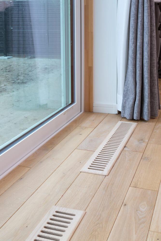 Low-Eトリプルガラスも優れた省エネ効果を発揮。床のガラリからは床下エアコンの暖気が流れる