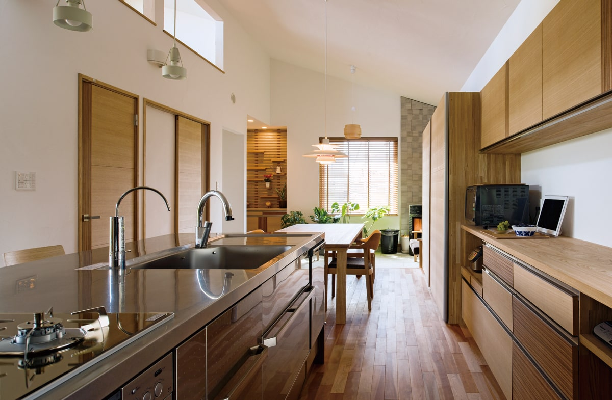 アイランド型のキッチンから、ダイニングテーブル、ペレットストーブのある土間部分へとひと続きになっている。ゆったりとした土間は、ちょっとした来客応対も可能