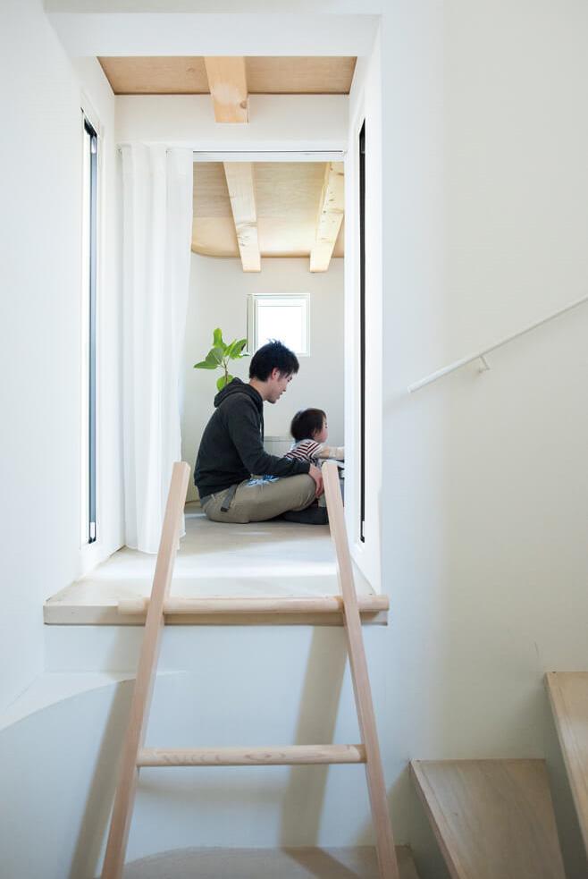 1階から2階へ上がる途中にある部屋は、お子さんたちの遊び場に