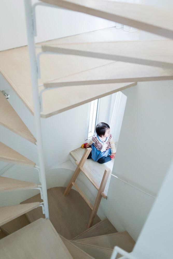 螺旋階段の途中から縁側のような小空間を通って隣の部屋へとつながる