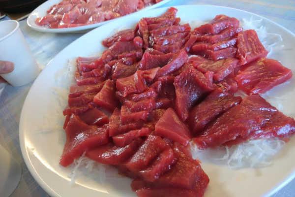 全3kgのマグロ肉をみんなで頬張る。社長食堂開店!