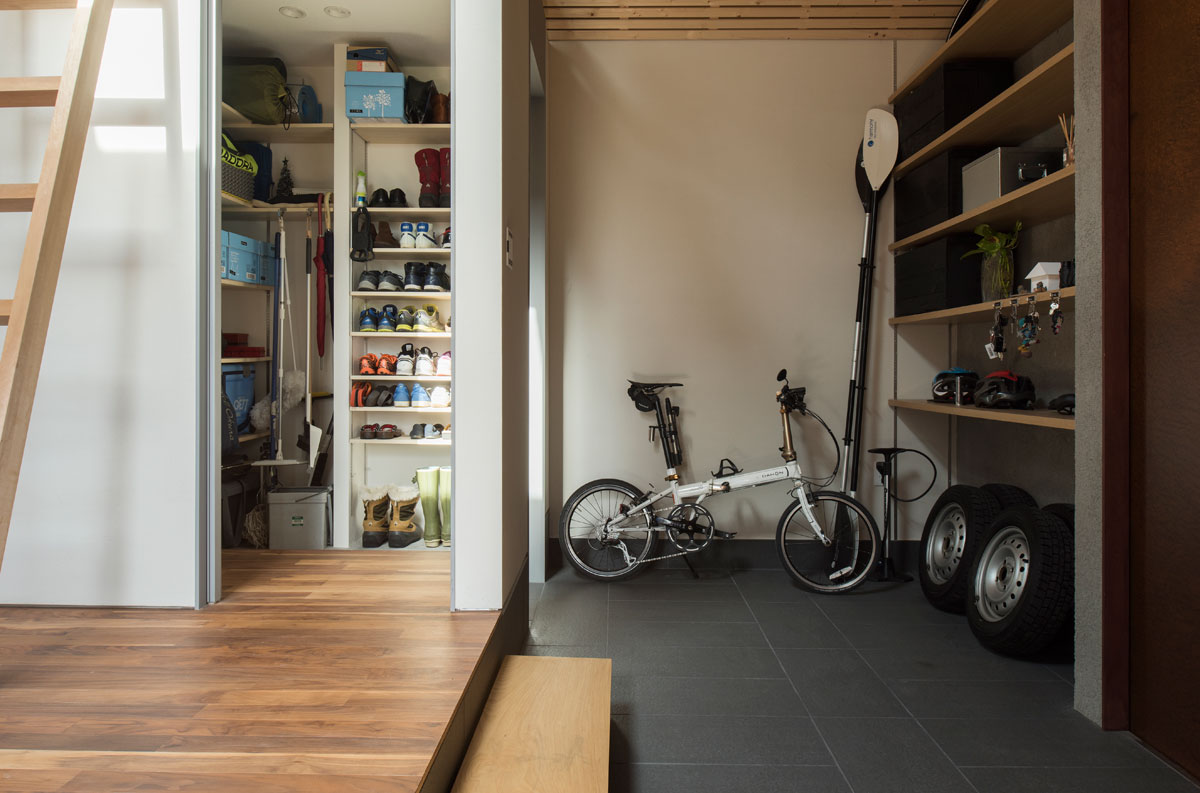 広めの土間は、自転車置き場やアウトドア用品置き場も兼ねる