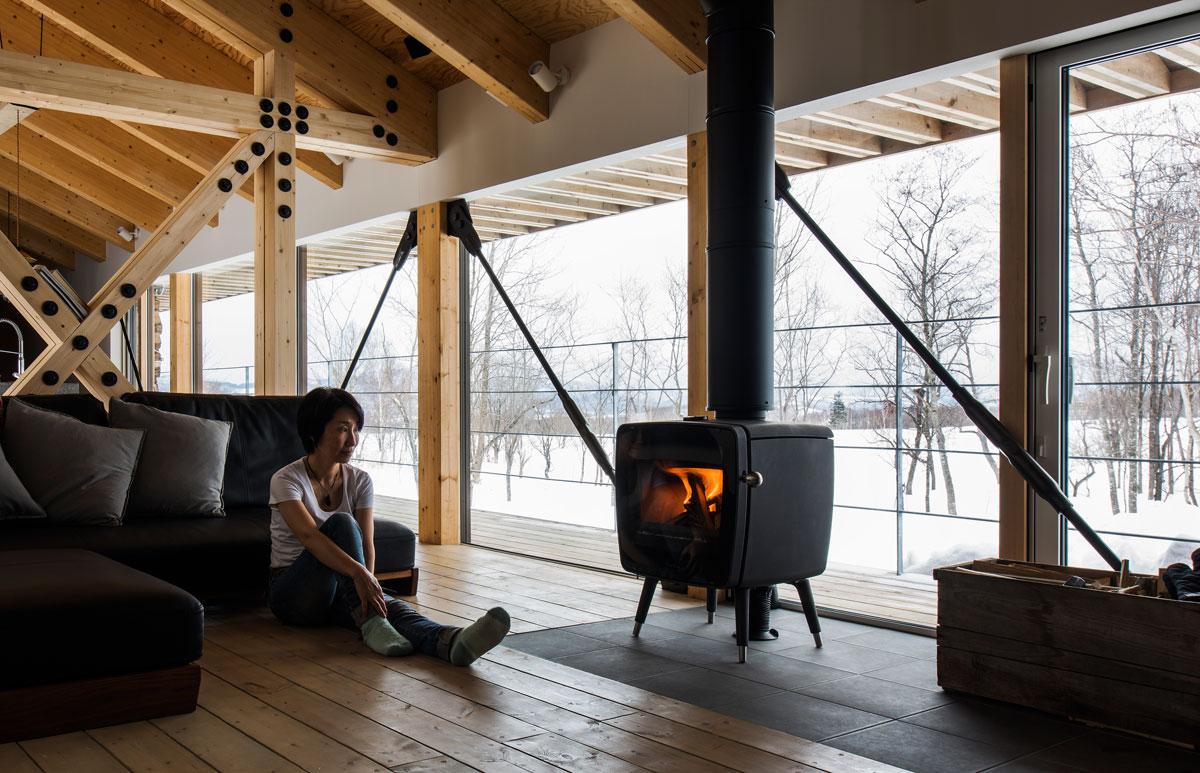 2階リビングの一角を土間に。薪ストーブの炎と窓の外に広がる雄大な景色の両方を楽しめる