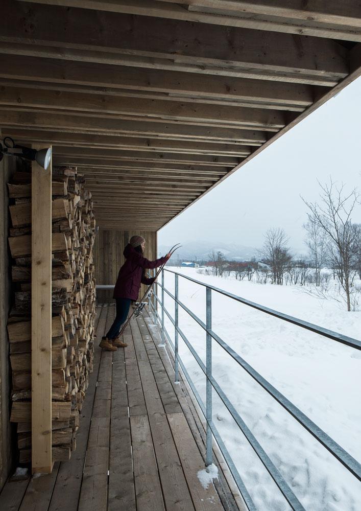 デッキには薪棚。軒の出を深くしているので、雪が吹き込みにくく薪を乾燥させやすい