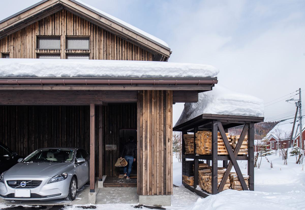 薪棚は玄関を出てすぐ隣に設置。大雪の日でもアクセスが良く安心