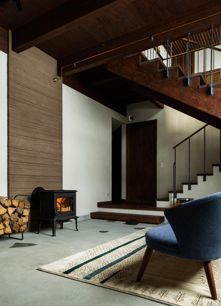 玄関土間と一体化した薪ストーブが、寒い冬も家全体をやわらかく包むように温める