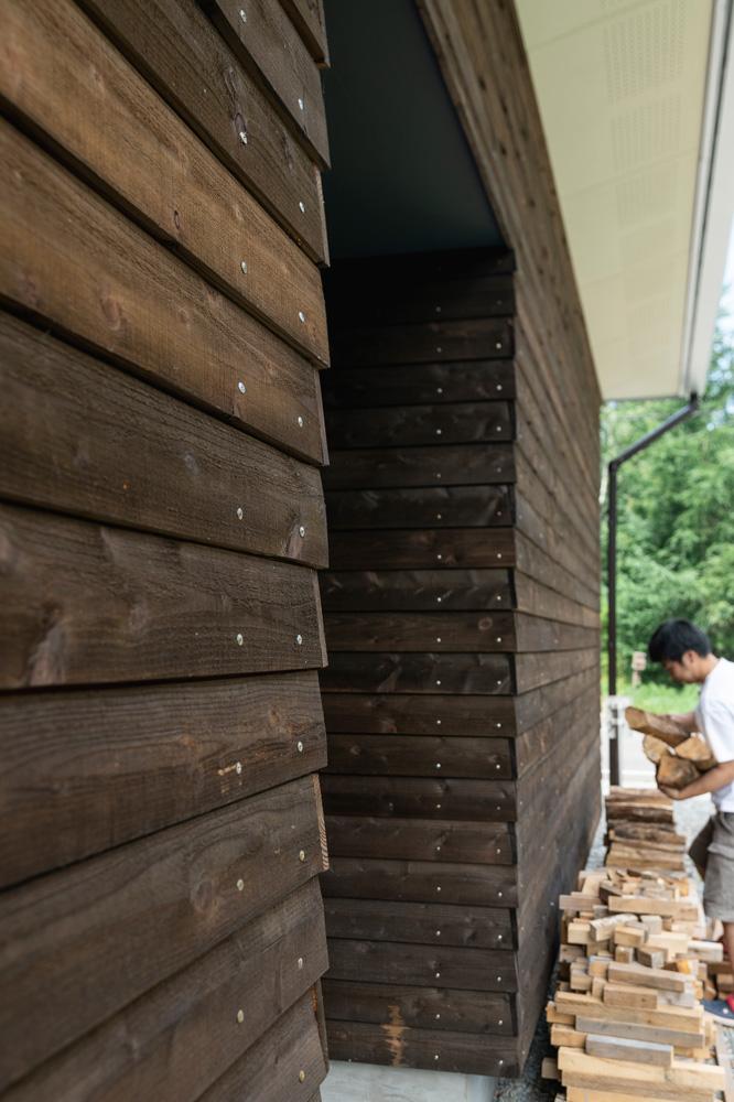 薪運び専用出入り口のすぐ横、家の南面の軒下を薪置き場にしている