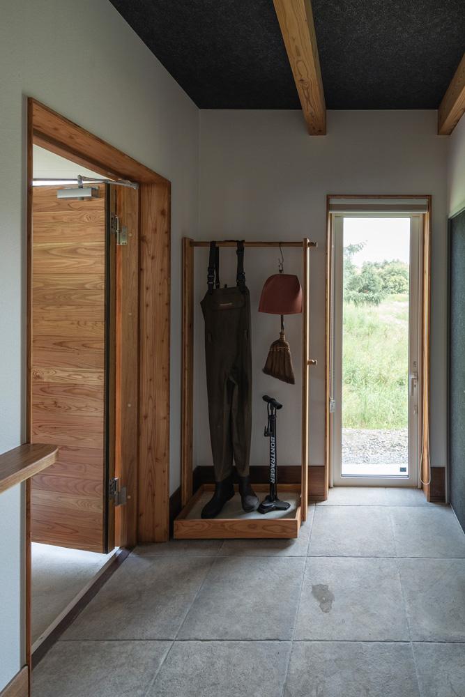 玄関に入ると幅広な玄関土間があり、その左手(写真正面)に薪運び専用出入り口