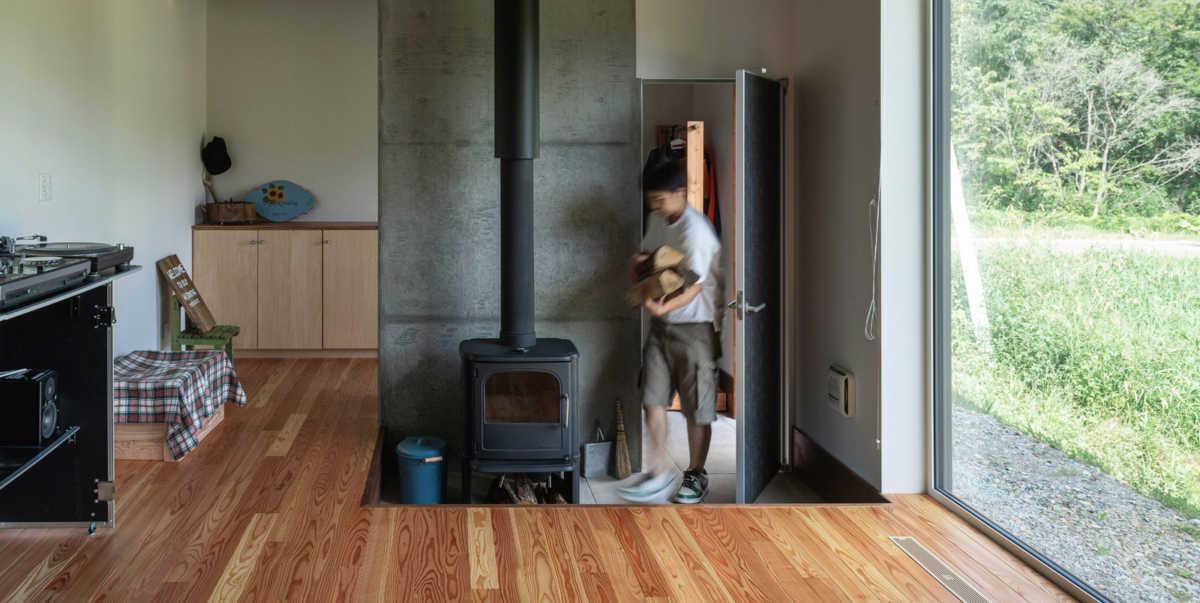 小さな家にもおすすめ。「玄関土間に薪ストーブ」の住まい実例