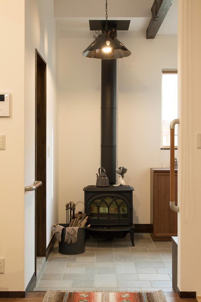 漆喰塗りの白壁に黒い薪ストーブがよく映える。自然素材は蓄熱性があって薪ストーブとの相性も◎