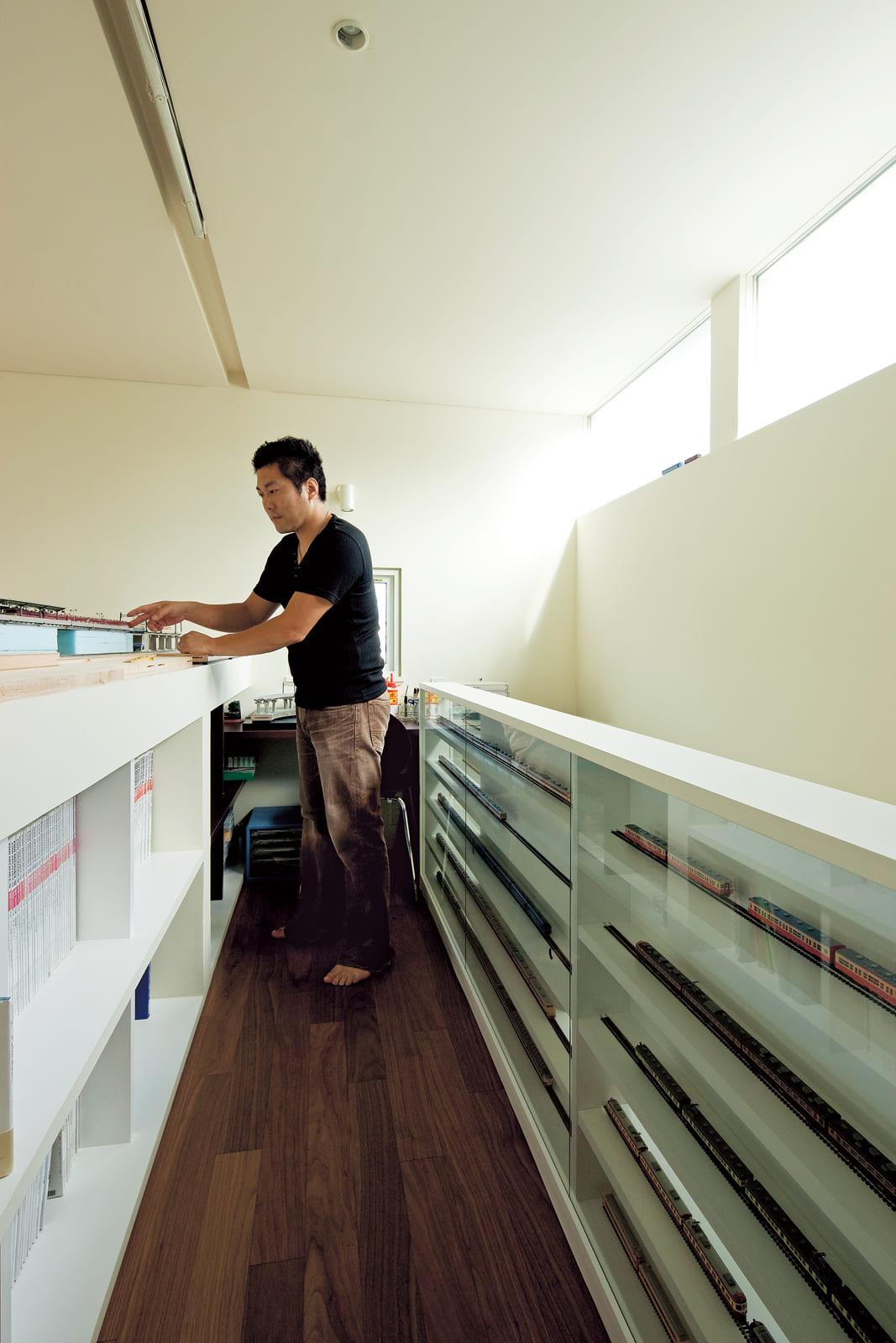 両サイドに豊富な収納を確保。模型の制作作業ができるデスクも完備しているホビースペース