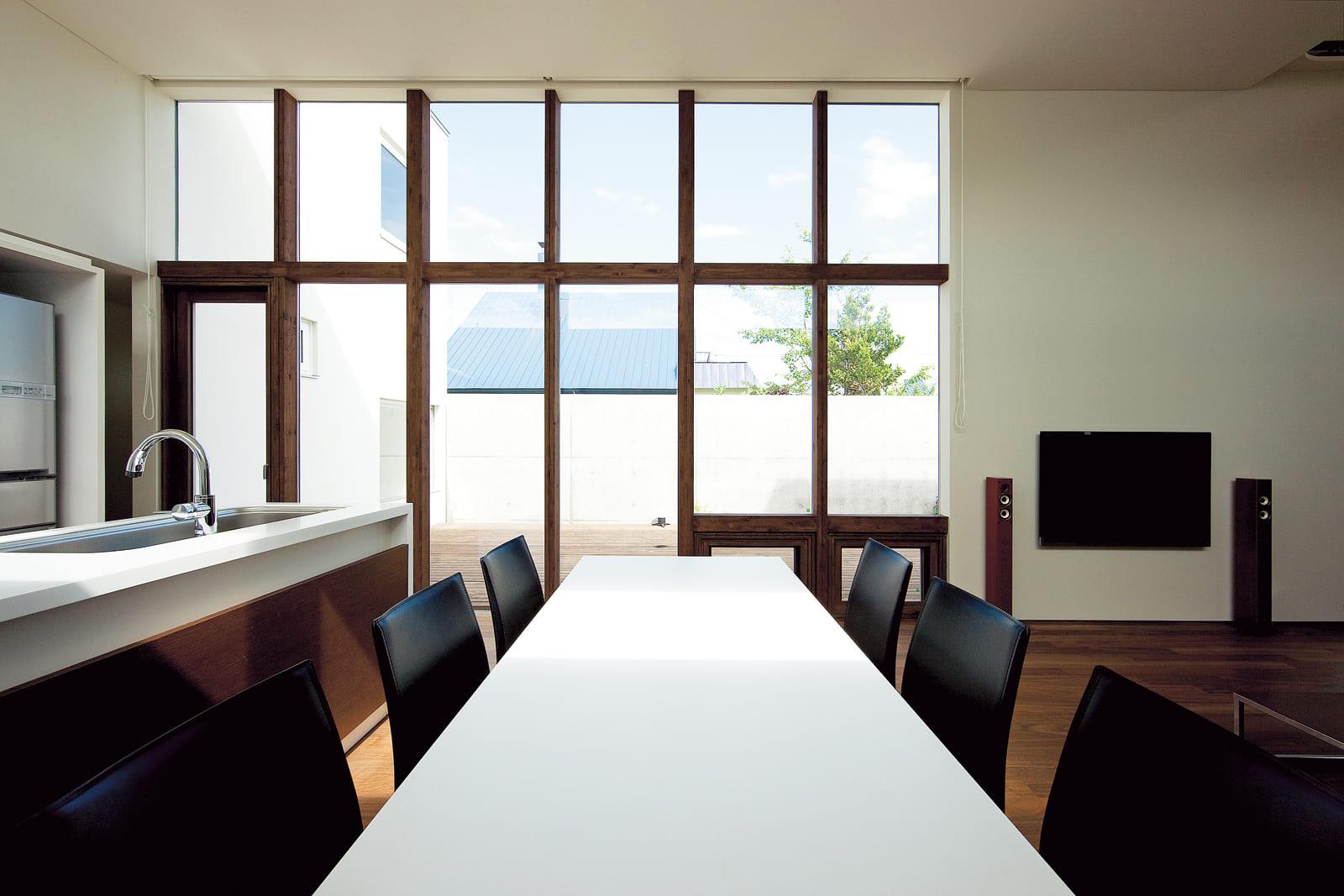 コートをガラスの大開口から一望できるダイニング・キッチンは、明るく開放感たっぶり
