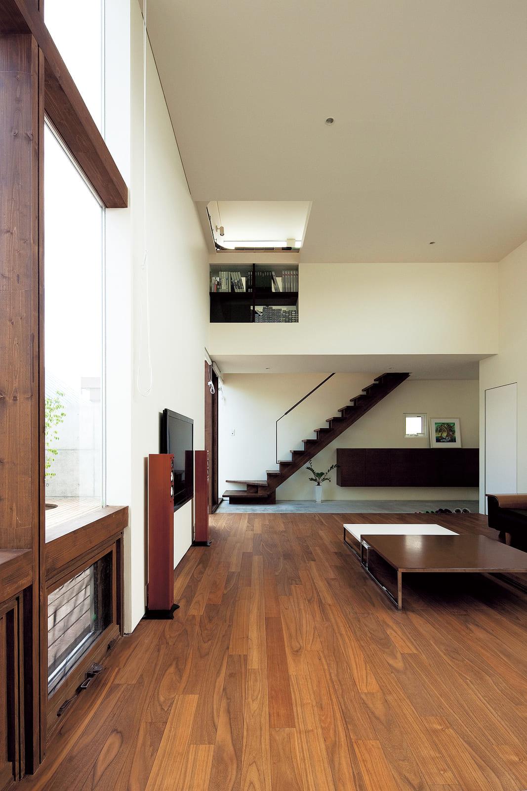 ダイニング・キッチンから土間方向を見る。正面に見える階段は、夫婦の寝室、Mさんのホビースベースに続いている