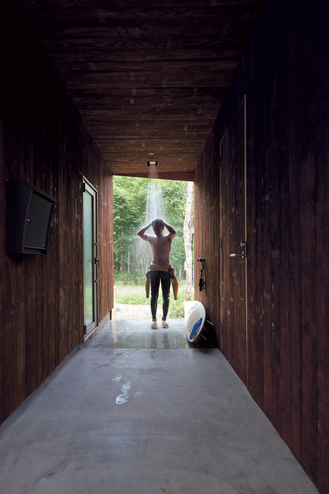温水シャワーができる玄関ポーチ。左側に見えるのが、バスルームにつながる出入り口