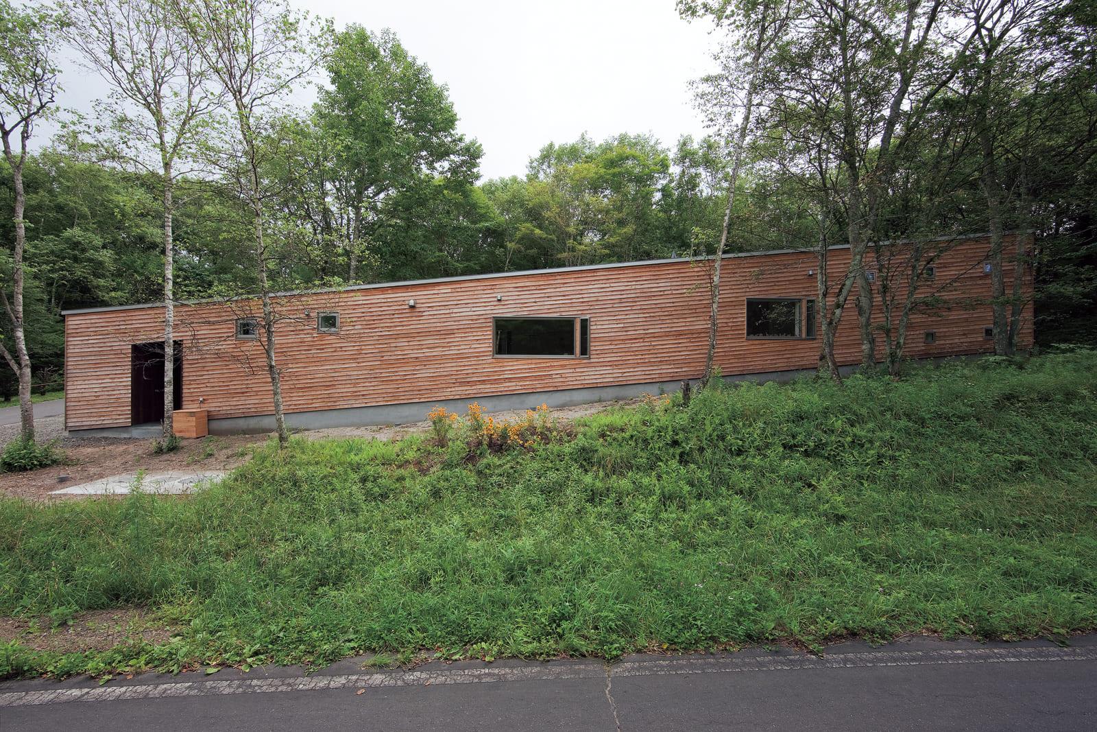 敷地の形状をそのまま生かし、土地なりに建てられた外観。豊かな緑に囲まれている