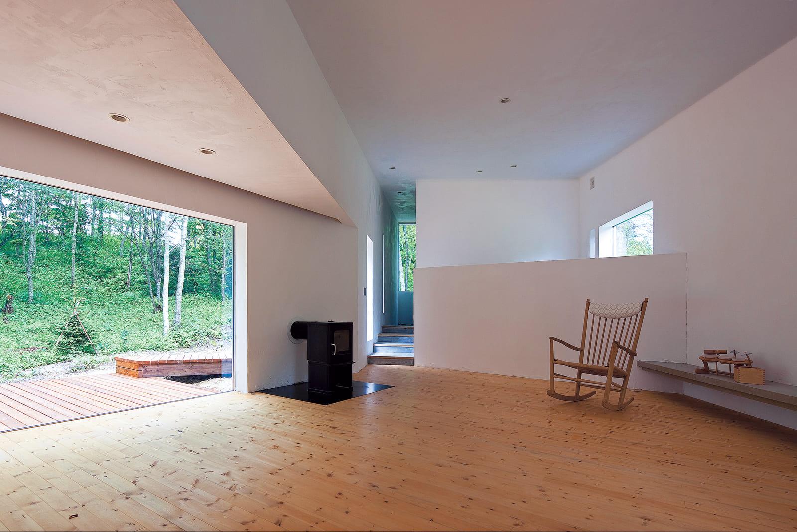 開口の位置、天井の高さにとことんこだわったリビング。開口部は天井高を抑え、窓越しの風景が絵のように映えるように
