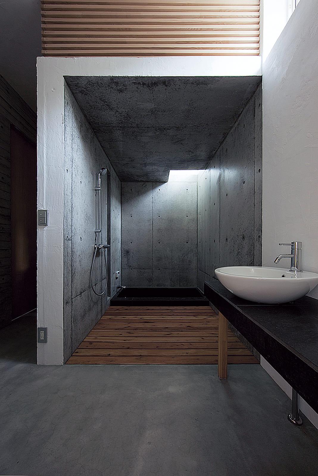 体についた砂を室内に持ち込まずに洗い流せるバスルーム。硯石を模したタイル張りの浴室も造作