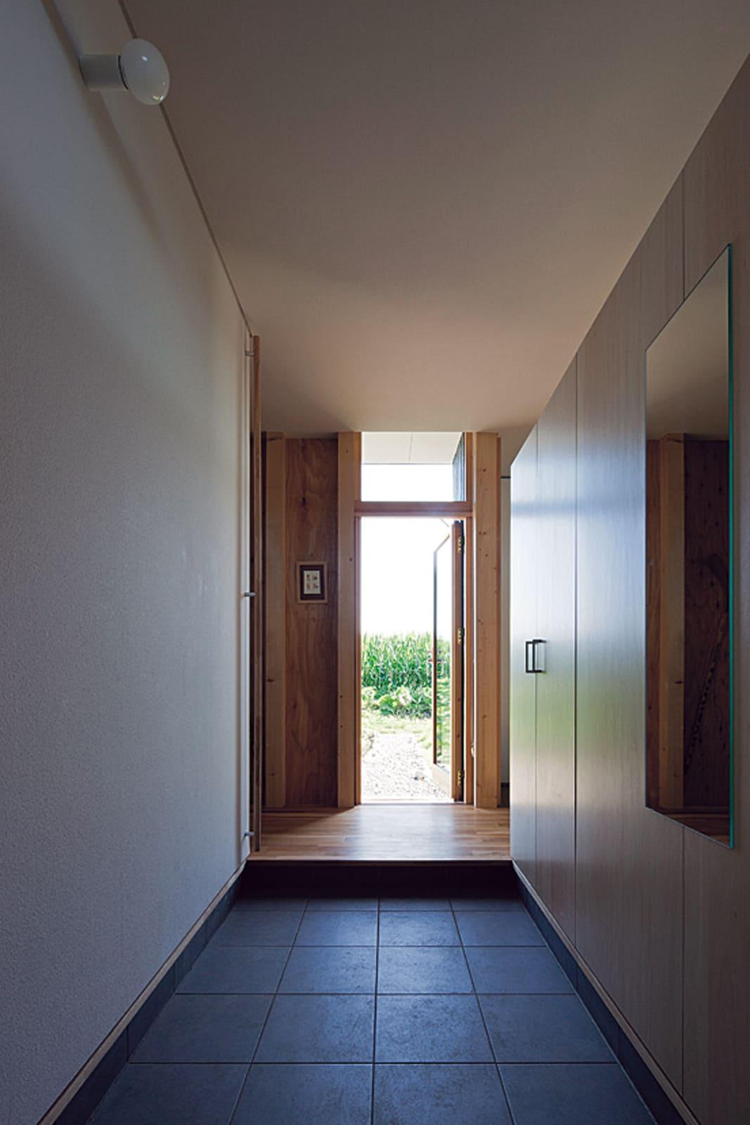 中央の玄関を入ると南側の庭まで視線が抜ける。夏は緑、冬には雪景色が楽しめる