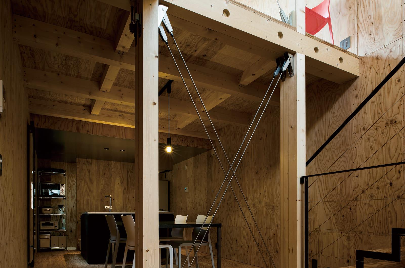 2階ダイニング・キッチン。構造上必要な鉄製ブレースが、建物の強度を担保しつつ、空間の抜け感をつくっている