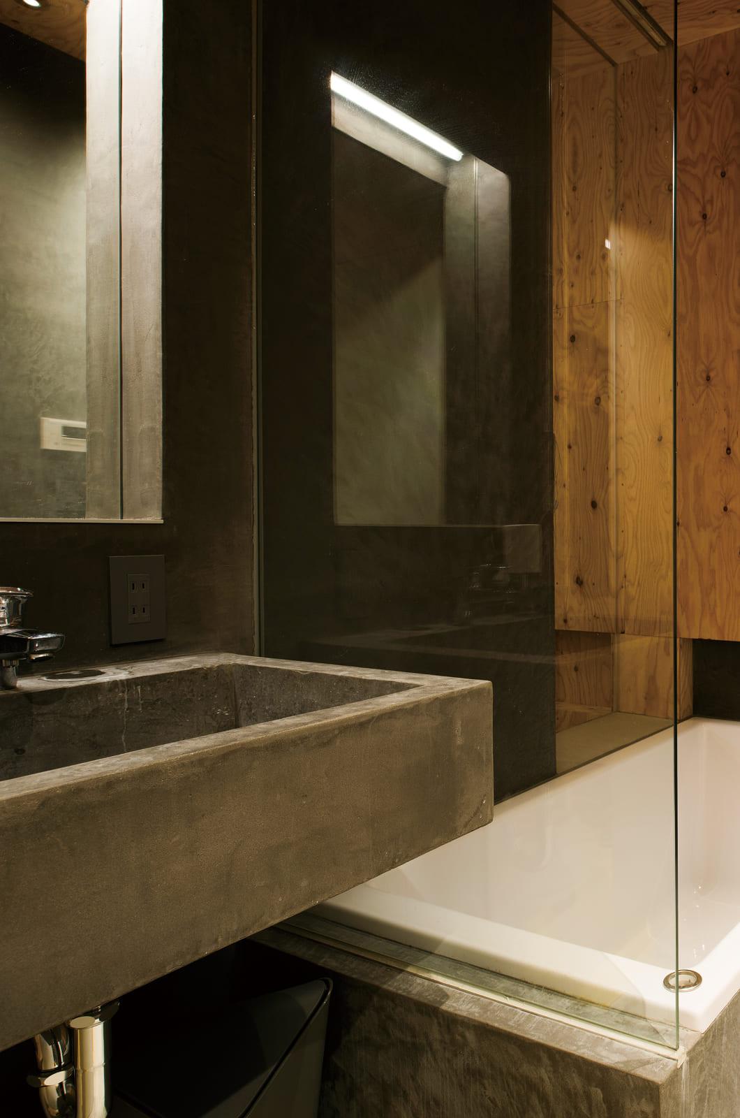 洗面と浴室はコンパクトで使い勝手の良さそうなシンプルなつくり。間仕切りを極力なくしたリラックス空間