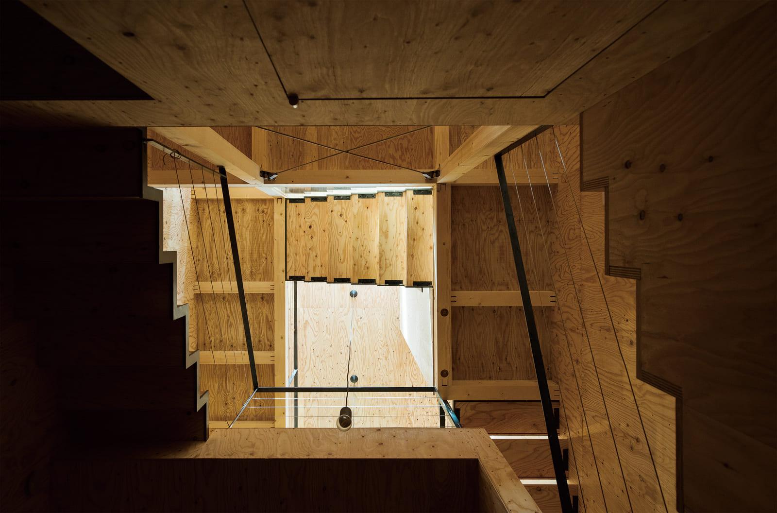 1階ホールからの見上げ。スキップフロア形式の構造がよく伝わる。吹き抜け越しの各階からの光が柔らかく届く
