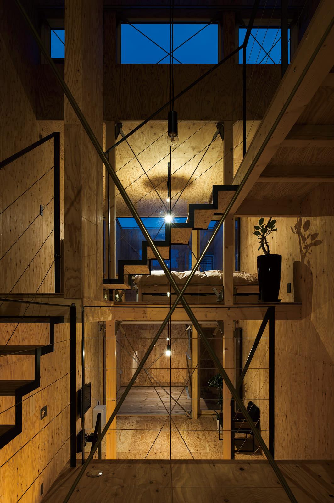 2階ダイニングから1.5階のリビング、2.5階のフリースペース兼子ども部屋を見る。複数の吹き抜けが視界の抜けをつくっている
