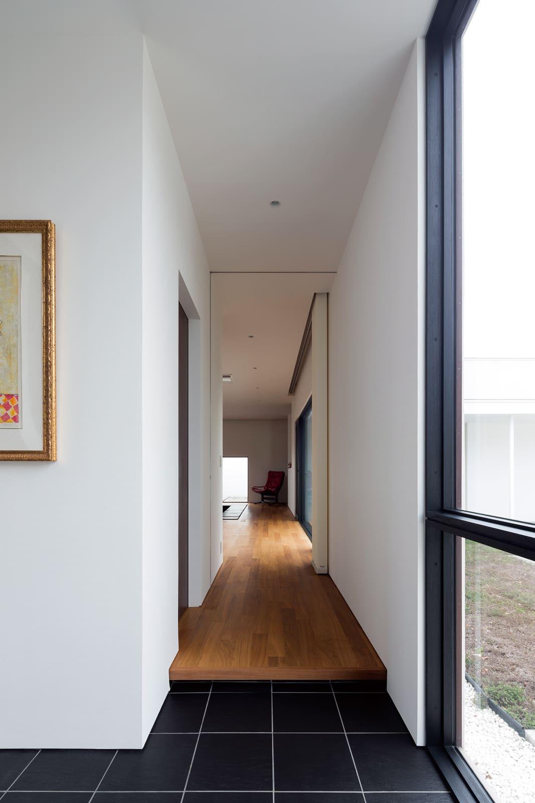 玄関からリビング・ダイニング方向を見る。買い増しした土地によって実現したロングスパンの開放的な空間