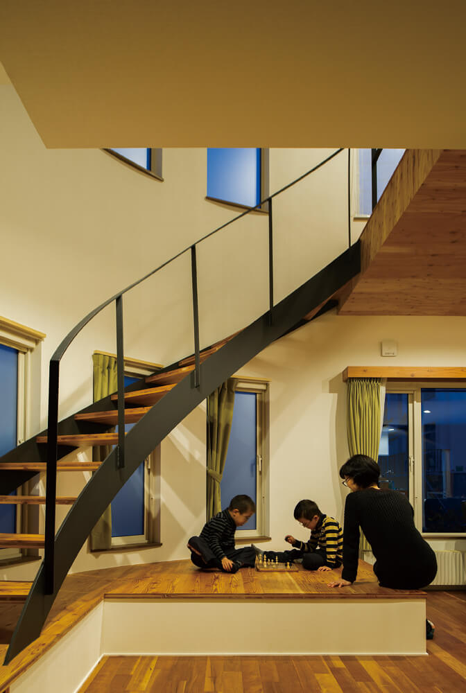 既存のリビング吹き抜けには、梁が現しになっていた。リノベーションではこの梁に床板を張り、ブリッジ状の階段ホールに