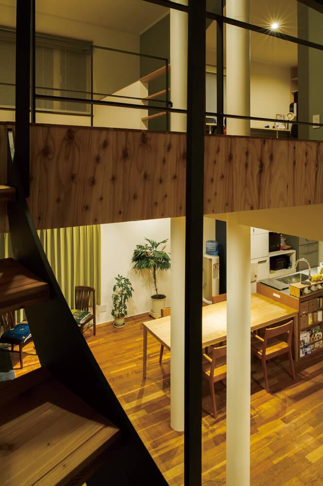 既存の高い腰壁を取り除いた2階階段ホールの先には、子どもたちが「図書室」と呼ぶ家族共用のセカンドリビングを新設した