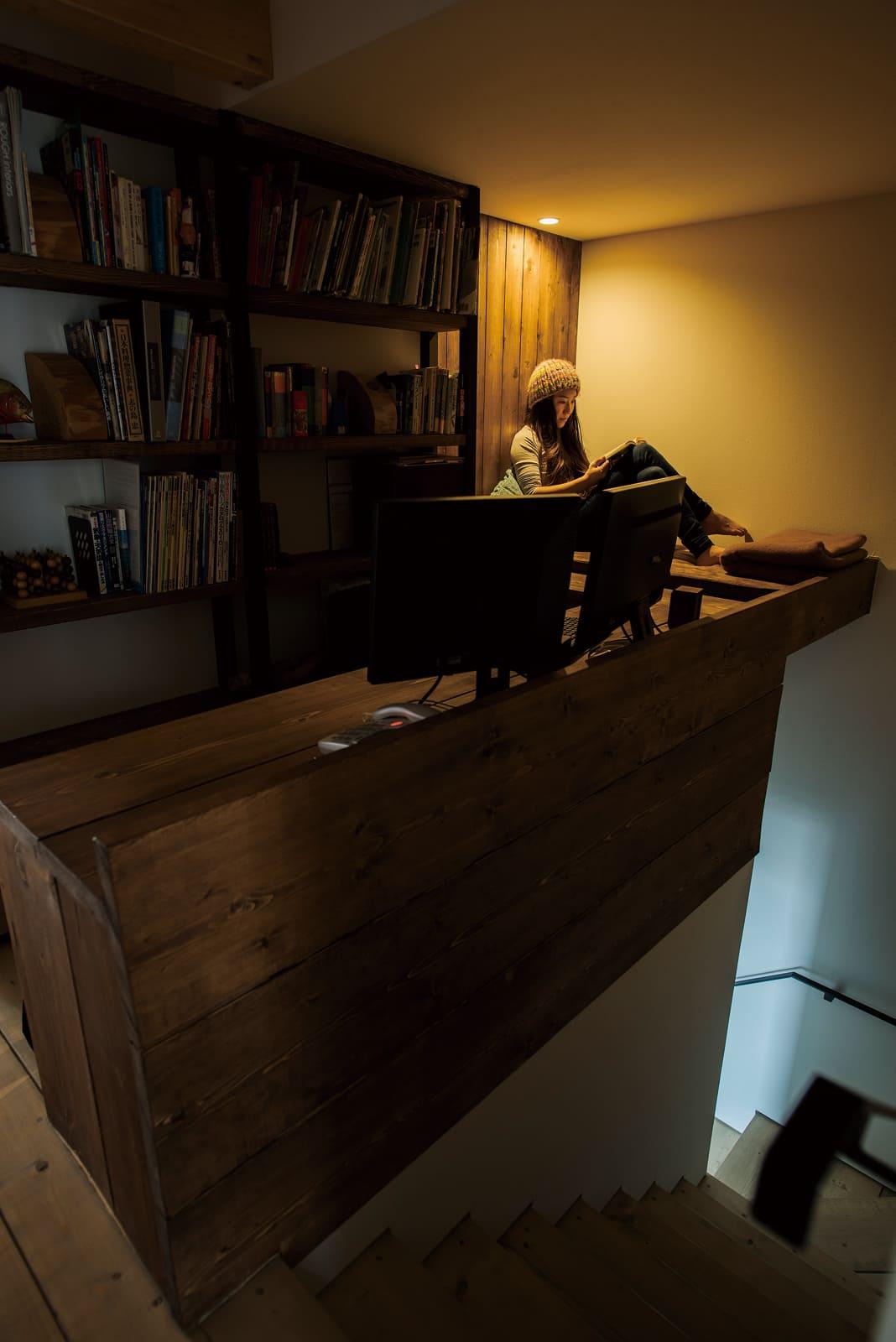1階への階段上にあるアルコーブは、唯一「こもる」ことを意識した隠れ家的空間