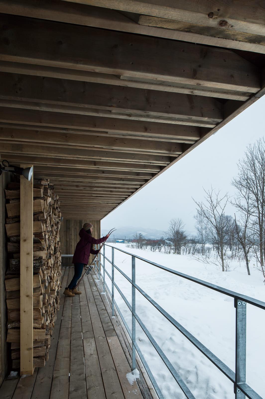 LDKから続くデッキは四季折々の景色を楽しむ特等席。庇が張り出しているので雪を気にせず作業ができる