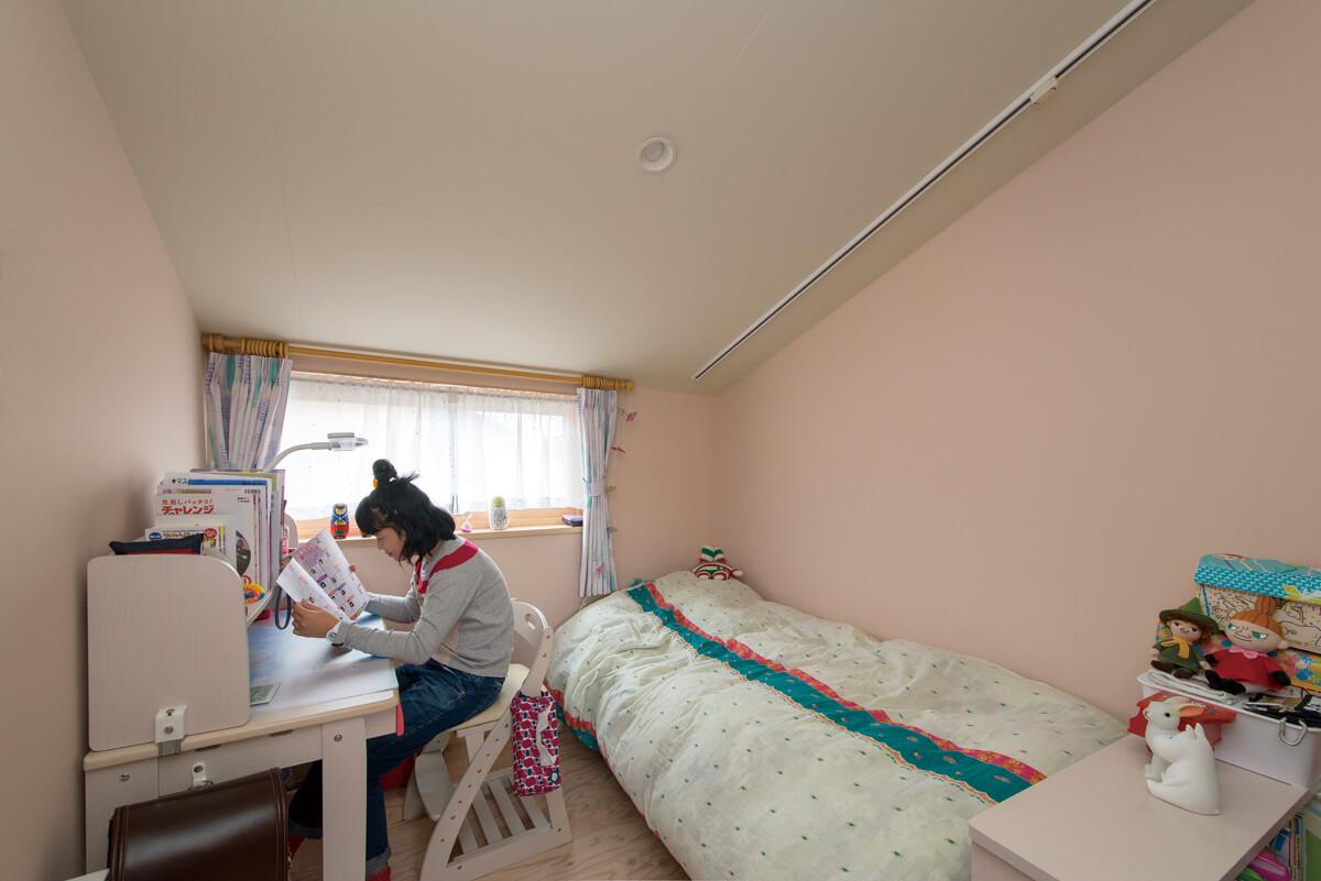 長女は落ち着いたピンクの壁をセレクト。女の子らしい夢のある空間