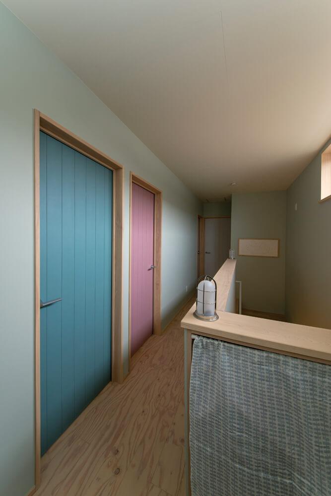 姉妹それぞれ扉の色を変えるという遊び心は澤田さんのアイデア