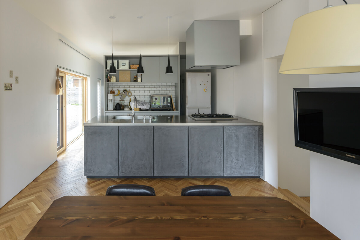 統一感のある色調が印象的なキッチン。作業台の面材は、風合いが魅力のモールテックス仕上げ