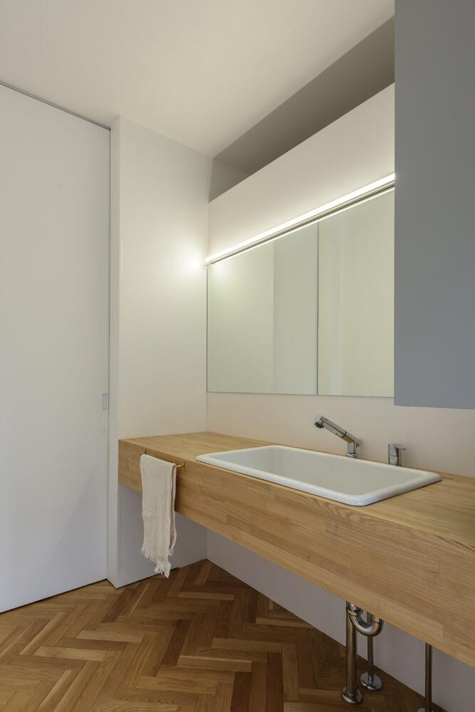 白い陶製のシンクが映える、シンプルなデザインの洗面化粧台