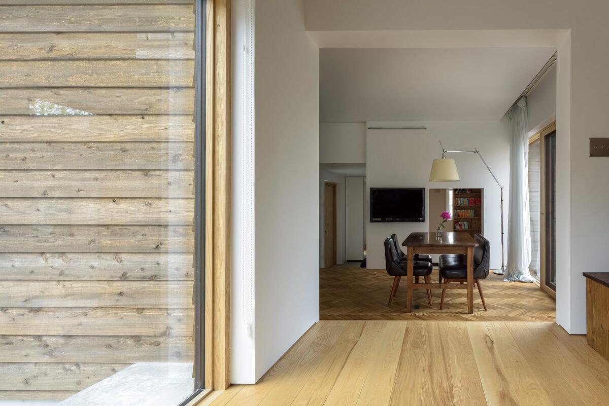 リビングとダイニングの境目の四角形が、室内の風景を額縁のように切り取って見せる